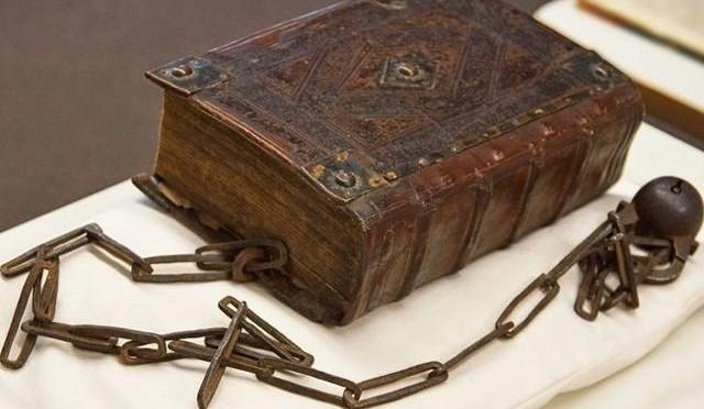 I libri incatenati delle biblioteche storiche europee - La nona porta libro ...