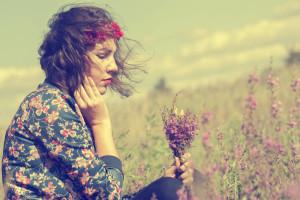 ragazza-pensierosa-campo-di-fiori