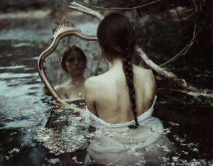 ragazza-triste-allo-specchio